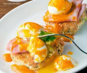 del-friscos-grille-crab-cake-benedict